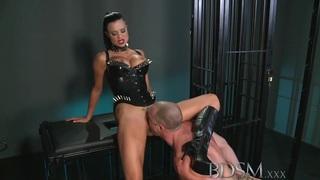 BDSM XXX肌肉子被笼中和羞辱