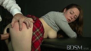 BDSM XXX球塞满了顺从的宝贝屁股塞