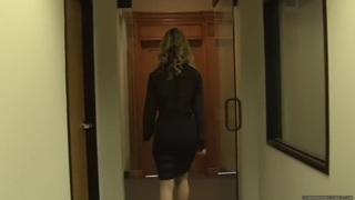 Charley Monroe  - 在办公室得到关注