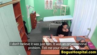 医院熟女由隐藏的凸轮医生操纵