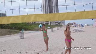 性感的业余青少年在海滩闪烁