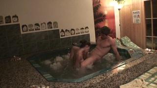 Nessa恶魔在自制的视频显示在池中的铁杆性爱