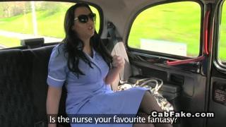 突然出现在驾驶室里的英国护士突然出现