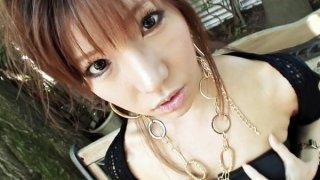 可爱的Serina有一个配合她的阴部使用的胸罩和振动器