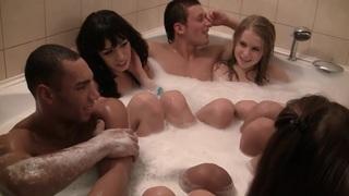 黑人男子Anika&Mancy&Marika&Marya喜欢参加性爱派对