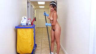 赤裸18岁的拉丁索菲亚·莱昂接过这份工作赚了一些额外的现金