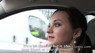 娇小的欧洲青少年吸吮和乱搞在车里