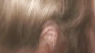金发裂缝妓女吸吮迪克和采取面部射液