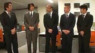弯曲的日本妓女在办公室