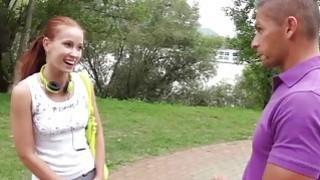 红发女郎在公共场合抽打两只公鸡