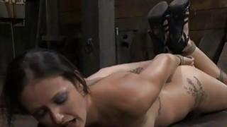 被扣紧的女孩为她的阴部获得了愉悦