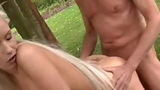 保罗喜欢在新鲜的女友的花园里享用早餐。
