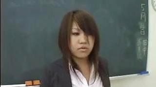 丰满的日本女孩在课堂上