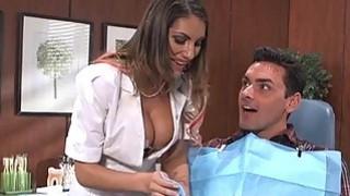 August Ames与患者一起玩牙医工具