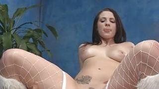 女按摩师展示屁股和增强的胸部