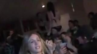 年轻女同志在一次聚会上玩得开心