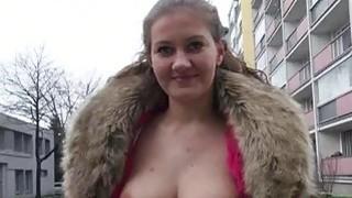捷克女孩莉莉娅拉斐尔在公开场合遭到殴打
