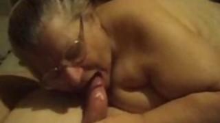 胖乎乎的奶奶吸吮鸡巴并且很难手淫