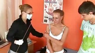 非常性感的金发女郎必须去护士