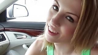 紧张的青少年珍娜玛丽在车内撞了一下