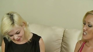 性感的金发妈妈,Alana Evans和Alice Frost,炫耀他们的公鸡吮吸