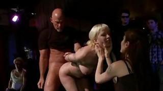 诱人的宝贝公开揭露她的裸体身体