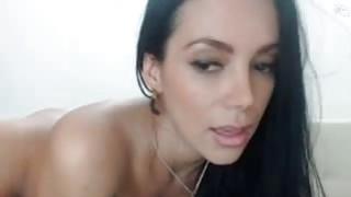 性感的黑发熟女展示大屁股