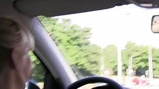 在驾驶欧洲口语时玩车的女同性恋者