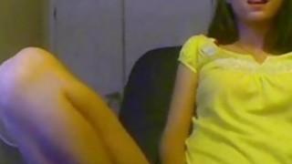 可爱的黑发青少年玩弄她的阴户