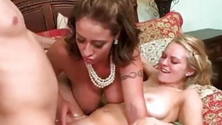 Stepmom Eva在三人性交中加入阿里