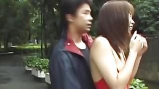 大肚腩的日本辣妹通过公园走在内衣