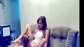 令人惊异的青少年操她的BF在沙发上的各种姿势