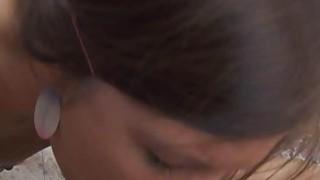 青少年阿曼达在一次猛烈的冲击之后得到了一个充满嘶哑的嘴巴