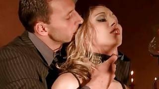 漂亮的金发女郎受到羞辱和惩罚