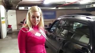 丰满的金发业余爱好者在汽车修理店里撞了一下