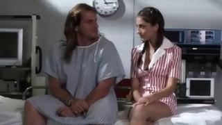 无辜的辫子护士被一个笨拙的病人引诱