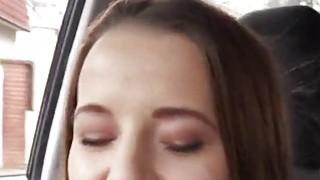 可爱的业余青少年女孩奥利维亚格雷斯在后座摔倒