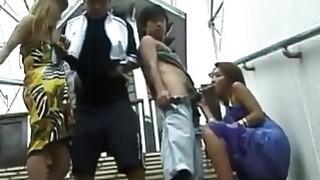 佩尔夫在公开场合殴打他们角质的日本女朋友
