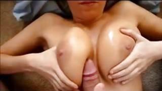 在她的Big Milf Tits上表演
