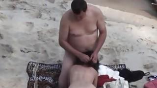 偷窥者将这位父母录在海滩上