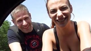 Hanna Sweet和BF他妈的在陌生人车后面