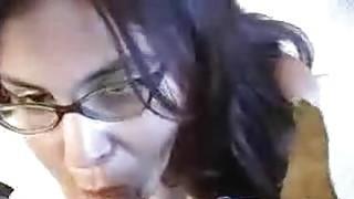 性感的眼镜女孩知道如何吸吮