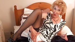 成熟的英国女人说话和自己玩