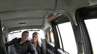 讨厌的夫妇在出租车上变得饥渴,并在凸轮上发生性关系