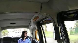 胖乎乎的英国护士在假的出租车里撞了一下