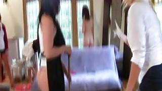 十几岁的女孩在阴霾期间打扫房子赤裸裸