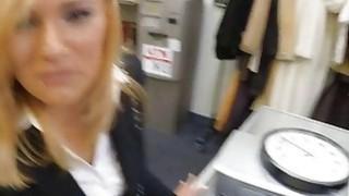 性感的业余的金发美女在储藏室里被典当男子撞上了