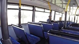 业余荡妇在公共汽车上分享公鸡