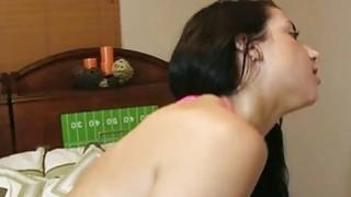 Feisty的青少年gf在接受性行为后接受她的屁股