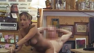 性感的女服务员得到了一个乳脂状的负载